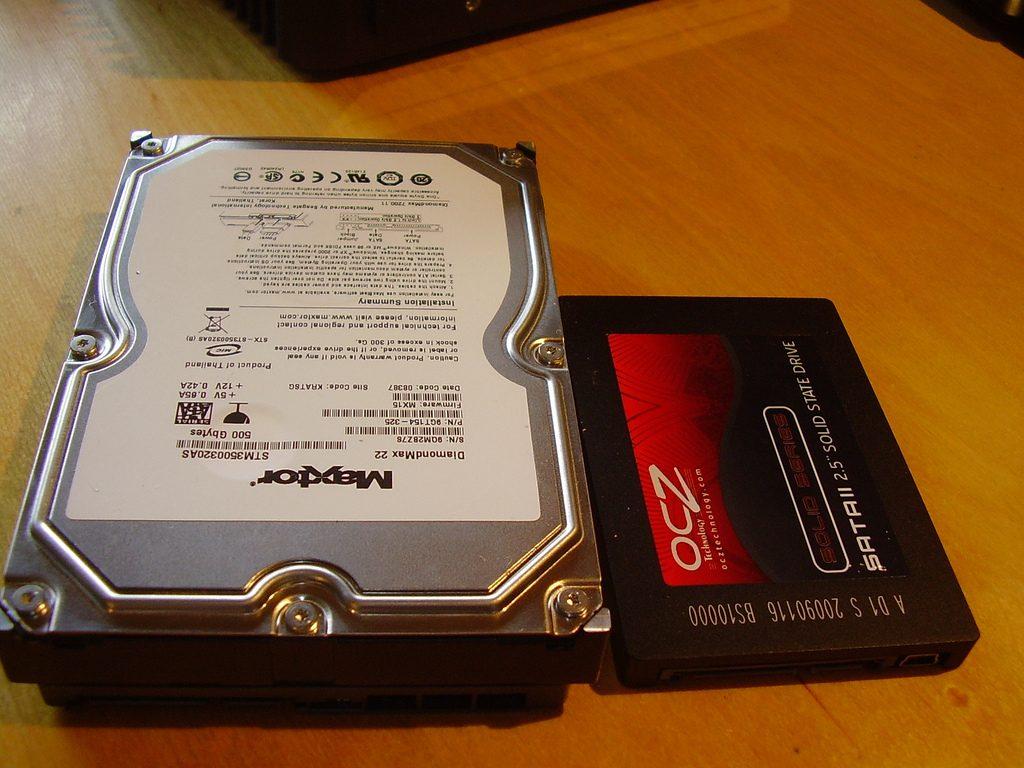 Diferencia visual entre HDD y SSD.